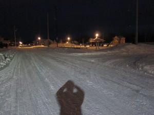 会社前道路の夜景と私